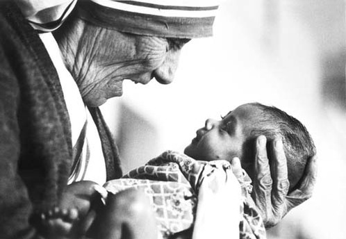 Mother_theresa_with_armless_baby